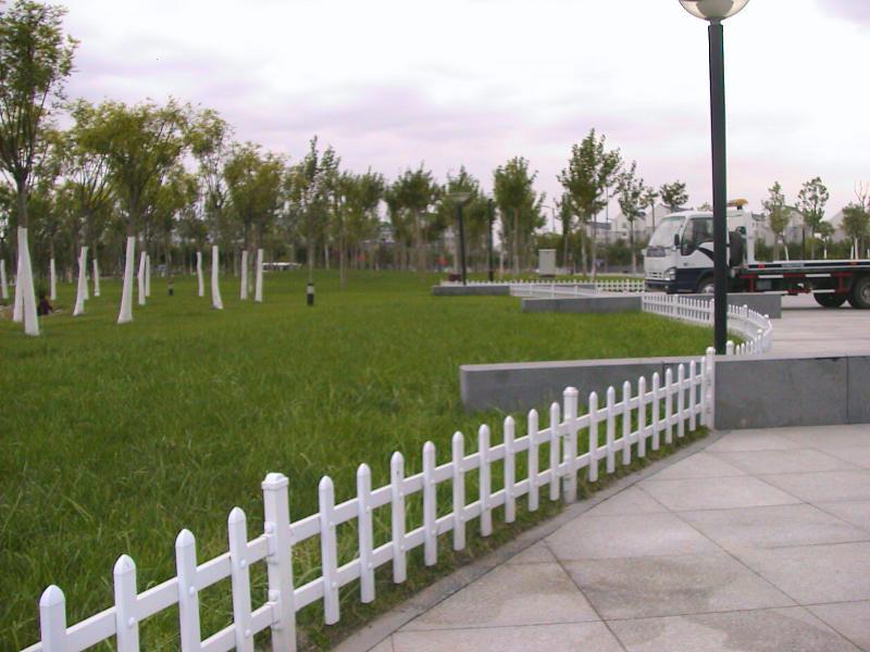 供应PVC小区花园护栏,PVC围墙护栏,PVC厂房护栏,厂家直销图片