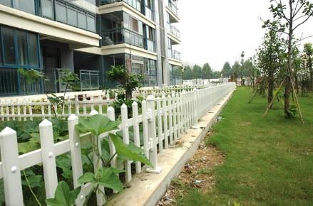 供应纯白色PVC小区护栏图片