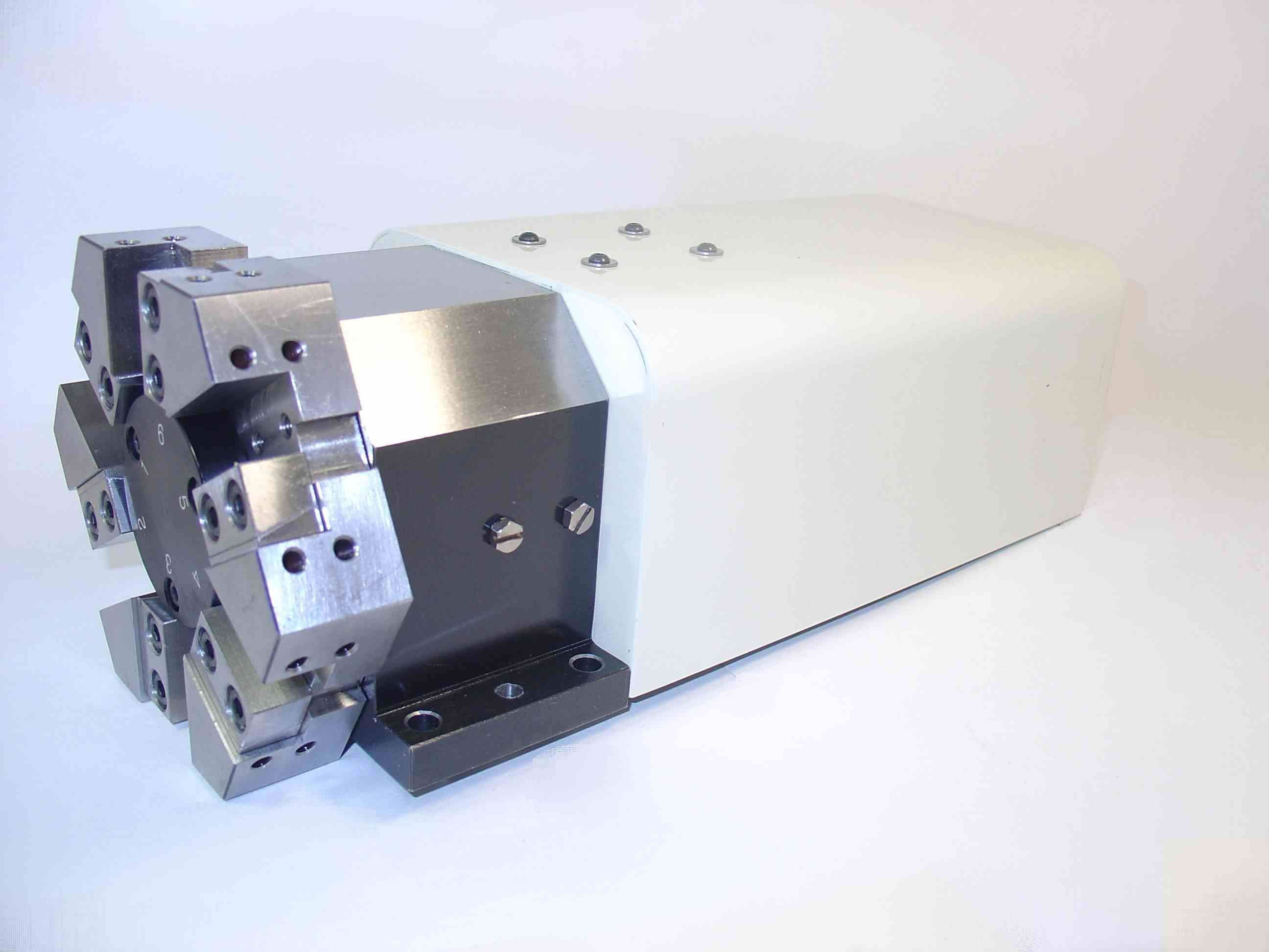 目前电动刀架多采用机械定位的方式;■ 伺服刀架一般采用控制器加