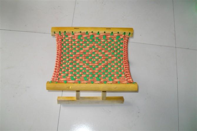 马扎也称马闸、交杌或交椅,其模样同我们今天见到的小凳子相似,杌就是凳子,如今仍有人将小凳子称为杌子或小杌子。而我们的马扎源自北方游牧民族的胡床,东汉始传入,见于文献记载,但没有形象资料。胡床由八根木棍组成,坐面由棕绳联接,后世称为马扎。图为最早见到的马扎形象。胡床,汉代自胡人传入,为垂足之坐,如今之行军椅。所谓床,《释名》云:床,装也,所以自装载也。《广雅》云:栖,谓之床。装,载也,栖也,皆为人坐卧之用。故古代供跪坐之物,如同日本今之坐,曰床。床固同床,然此床非彼床,内容迥殊,以之划